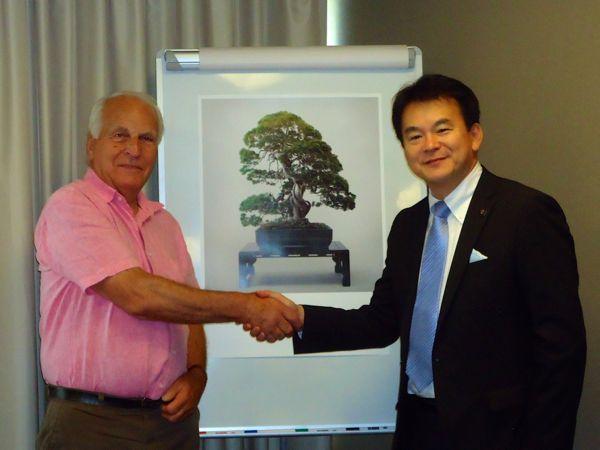 ボルトン会長と握手を交わす清水市長の写真