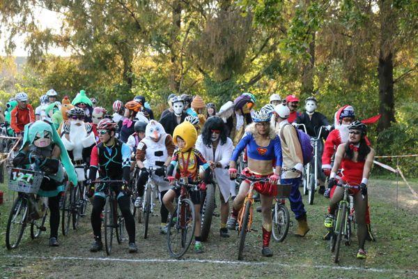 自由なコスチュームと自転車で行うレース